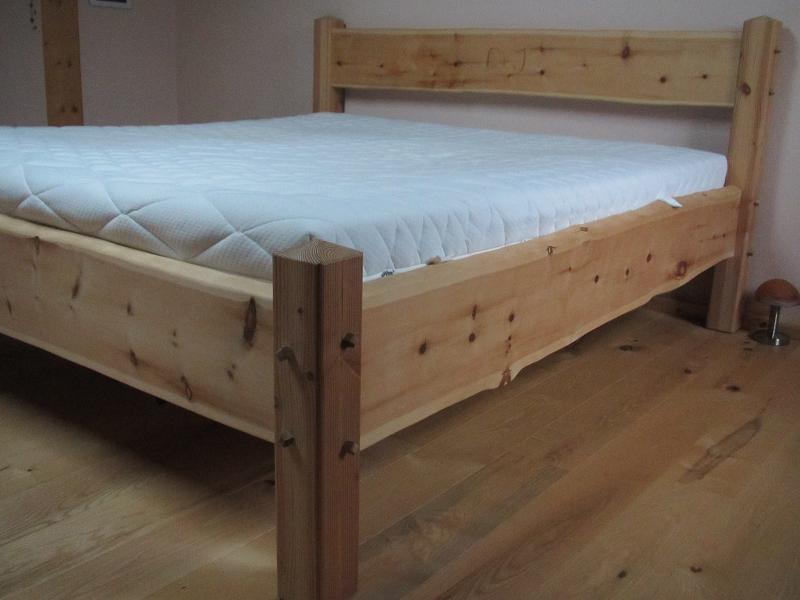 Bett aus Zirbelkiefer