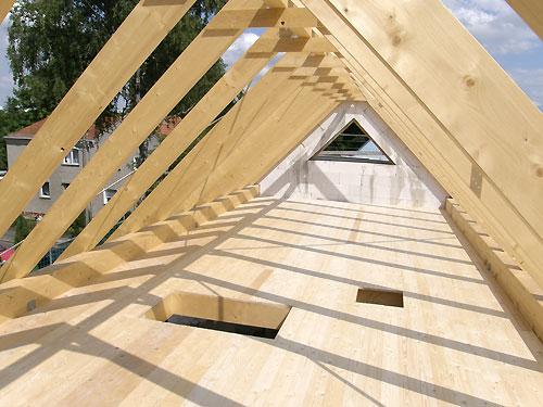 die hier zusehende dachkonstruktion ist ein satteldach f r ein ferienhaus die komplette. Black Bedroom Furniture Sets. Home Design Ideas